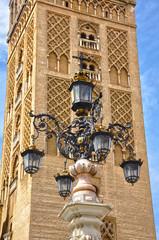 Farola delante de la Giralda de Sevilla, Andalucía, España