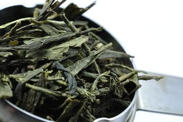 Teesieb mit grünem Tee im Detail