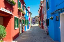 Rue avec des bâtiments colorés dans l'île de Burano, Venise, Italie