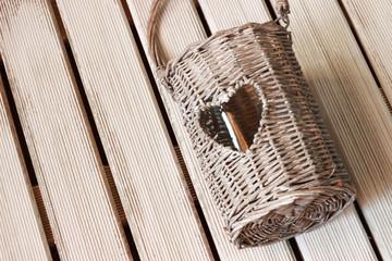 Lampion ogrodowy z sercem na białym drewnie