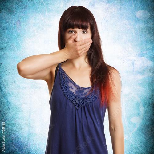canvas print picture junge hübsche Frau hält den Mund zu