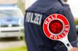 Polizeikelle und Polizist