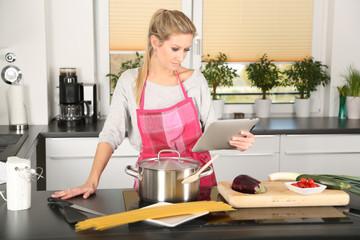 Frau kocht ein Nudelgericht