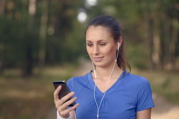 Lächelnde attraktive Frau liest eine Email