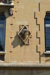 Sculpture sur façade du 19ème siècle