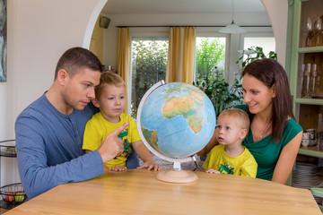 Familie plant Urlaubsreise