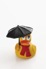 Gummi-Ente Halte Regenschirm auf weißem Hintergrund