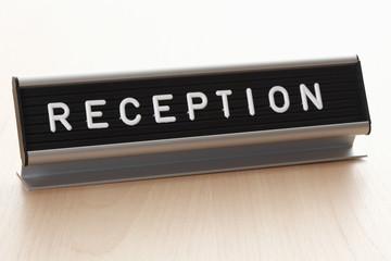 Nahaufnahme der Rezeption Zeichen auf dem Schreibtisch