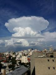 Cellule orageuse au dessus d'une ville
