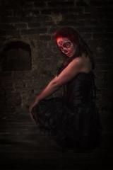 Sugar Skull junge Frau in in einem Kellergewölbe