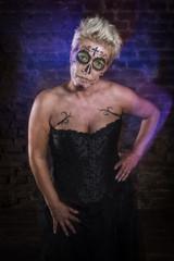 Sugar Skull Frau in in einem Kellergewölbe