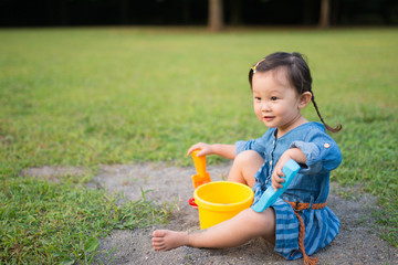 砂場で遊ぶ少女