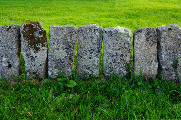 Alter Zaun aus Granitblöcken