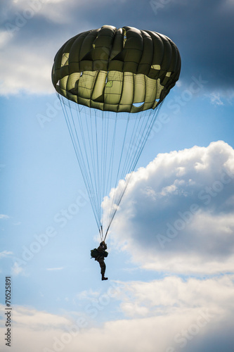 Parachutist in the war - 70525891