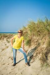 Frau am Sandstrand mit Düne