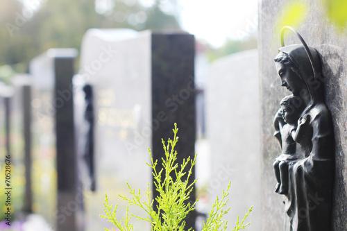 Gräbsteine in einer Reihe - 70528676