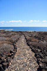 camino de piedras volcanicas en la isla de lanzarote