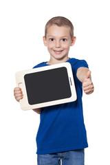 Junge mit blauem T-Shirt hält Tablet mit Daumen nach oben