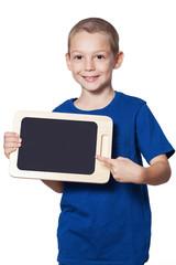 Junge mit blauem T-Shirt hält Tablet und zeigt darauf