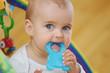 Leinwanddruck Bild - Baby mit Beißring