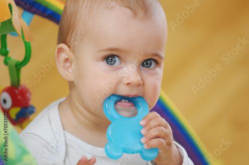 Leinwanddruck Bild Baby mit Beißring