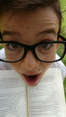 Niño con gafas y libro