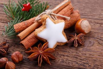 Dekoration zu Weihnachten - Zimtstern und Gewürze