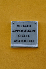 Cartello, Vietato appoggiare cicli e motocili al muro