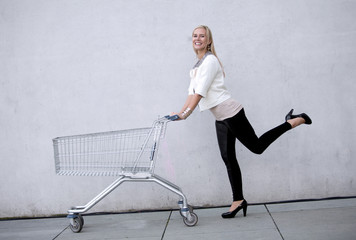 woman with shoppingcart