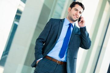 Manager telefoniert mit dem Handy