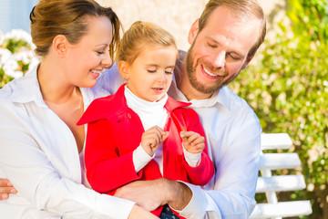 Familie auf Garten Bank vor Haus