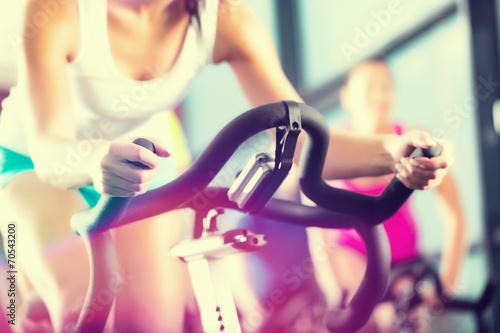 Poster Leute beim Spinning in Sport Fitnessstudio