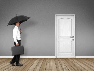 Mann mit Regenschirm / Schutz / Konzept