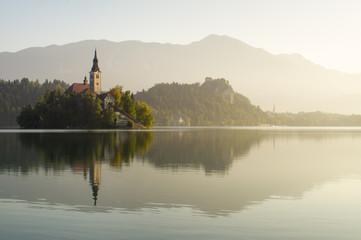 Kościół na wyspie.W tle widoczny zamekJezioro Bled,Słowenia