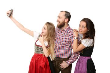 Freunde machen ein Selfie in Tracht