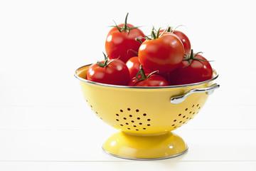 Tomaten im Sieb auf weissem Hintergrund