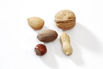 Gemischte Nüsse auf weißem Untergrund
