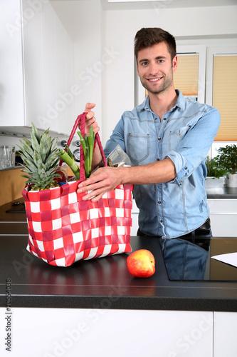 canvas print picture Mann mit einer Einkaufstasche voller gesunder Lebensmittel