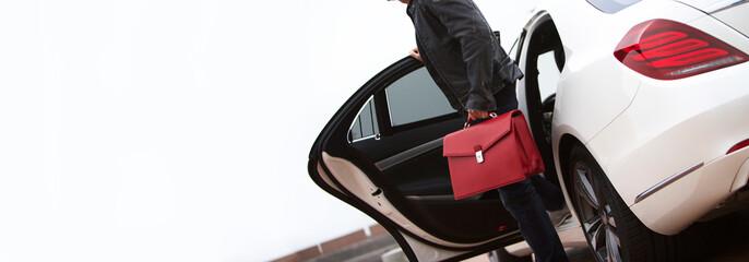 Mann Limousine rote,edle Tasche