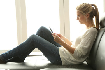 Frau beim Entspannen auf der Couch