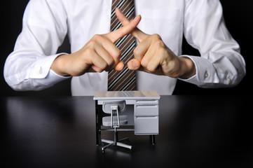 オフィスのデスクとビジネスマン