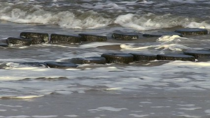 Buhne an in der Brandung der Ostsee