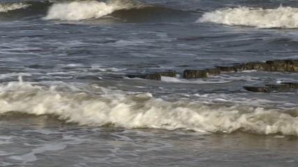 Buhne in der Brandung am Strand