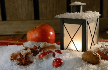 Laterne zu Weihnachten mit Apfel