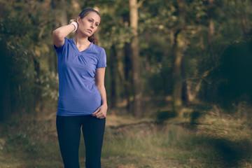 Athletische Frau wischt sich den Schweiß aus dem Gesicht