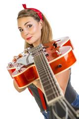 Giovane pinup alle prese con la chitarra