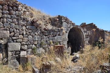 Руины построек и хачкары 5-7 веков в Тсахацкар в Армении