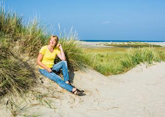 Frau genießt den Urlaub an der Nordsee