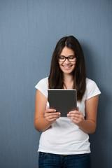 teenager schaut auf tablet-pc