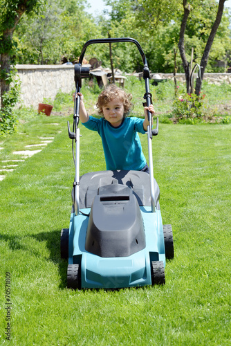 çim biçen çocuk - 70571809